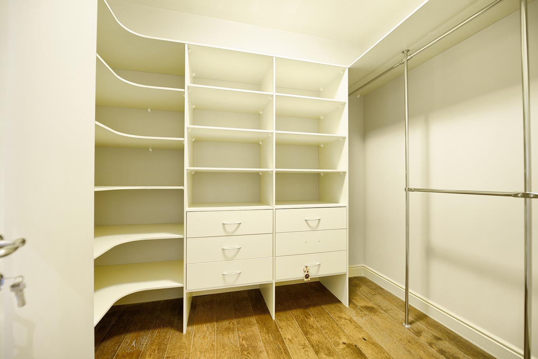 Наполнение гардеробной комнаты зависит от размеров помещения.